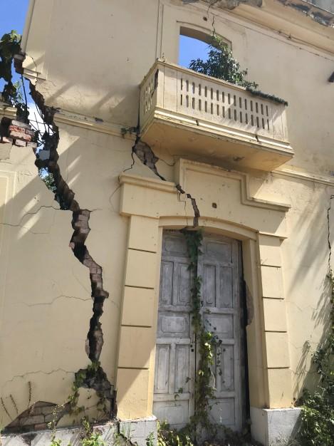 gramalote door crack close